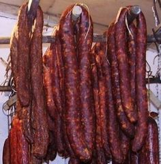 Myslím, že receptov na klobásu nie je málo, ale pridám aj ten svoj a samozrejme aj zopár dôležitých detailov, ktoré robia z klobásy dobrú klobásu… SUROVINY: 5 kgbravčové mäso 2 kgbra…