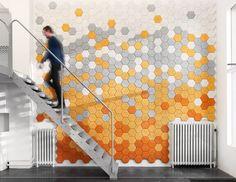 ストックホルムを拠点に活動するForm Us With Loveは、Kalmar Universityにてプロダクトデザインを専攻した3人の若きデザイナーが2005年に設立した新進デザインスタジオ。日常生活で利用可能な生活雑貨から家具やランプを対象に、既定概念にとらわれることのない斬新なデザインに挑戦しています。写真の作品は同スタジオが2011年に発表したTräullitと名づけられた防音パネル。6角形に区画された各パーツは木毛(もくもう)とセメントの混合物というシンプルで環境に優しい製法で生成されていながらも、見た目が美しく且つ実用に優れた機能的な作品です。写真に表示の作品が実際に配置されていく様子がこちらの動画より閲覧可能です。