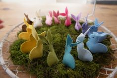 haasjes van vilt in mandje, vilt voorjaar lente, felt spring - Het Vrolijke Nest