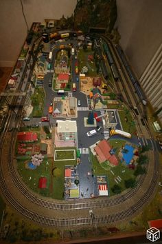 Track Layout Ideas for Your Model Train Ho Scale Train Layout, Ho Train Layouts, Train Info, N Scale Model Trains, Train Room, Hobby Trains, Lego Trains, Train Set, Model Building