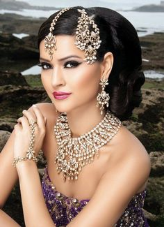 New indian bridal jewelry tikka ideas Indian Bridal Jewelry Sets, Indian Bridal Wear, Bridal Jewellery, Saris, Colorful Fashion, Beautiful Bride, Indian Beauty, Asian Girl, Fashion Beauty