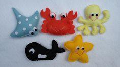 Bichinhos do fundo do mar confeccionados em feltro.  Chaveiros ou ímãs de geladeira.  Acompanham saquinho de celofane, fita de cetim e tag personalizada.
