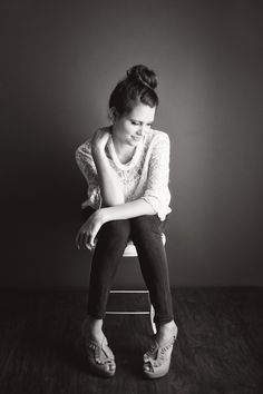 Posh Poses | Solo | Senior Pics | Casual | Black & White | Senior Girls | Lindsey Bennett