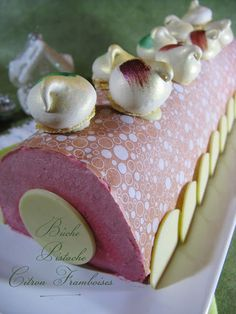 Bûche Pistache, Citron-Framboises Desserts Français, Fancy Desserts, Layered Deserts, Christmas Log Cake, French Patisserie, French Pastries, Holiday Treats, Beautiful Cakes, Baking Recipes