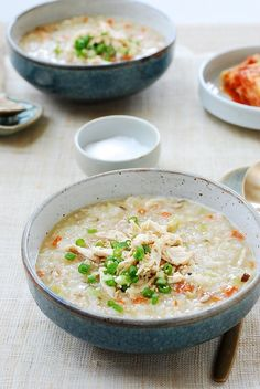 Dakjuk (Korean chicken porridge) Porridge is hugely popular in Korea as a breakfast or a light meal. This creamy porridge made with chicken is one of the best when it comes to comfort food, especially on cold winter days! Korean Porridge, Rice Porridge, Korean Chicken Porridge Recipe, Korean Chicken Soup, Asia Food, Porridge Recipes, Good Food, Yummy Food, Healthy Food