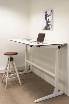 zit/sta bureau met industriële/pianokruk