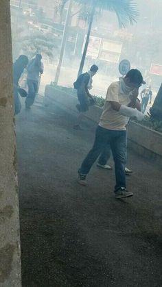 Represión con gases 2 Manifestación cerca de Ciudad Banesco #20M #SOSVenezuela #DDHH #TuVozEnLaOEA (foto @BeaNu65)