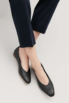 Detailed image of Cos leather ballerinas in black Cos Shoes, Women's Shoes, Pump Shoes, Black Shoes, Shoe Boots, Flats, Dance Shoes, Nylons, Loafers Outfit