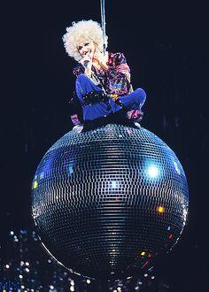 Madonna - girlie show tour, disco ball.