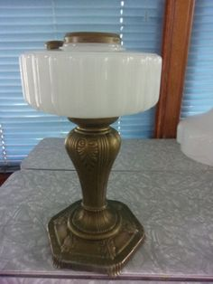 ALADDIN-B-120-MAJESTIC-WHITE-MOONSTONE-GLASS-OIL-LAMP-WITH-LAMPSHADE-1935-1936