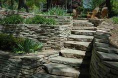 jardin en terrasses avec escaliers en pierre