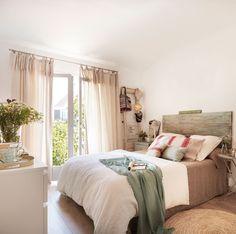 Dormitorio con cabecero de listones de madera