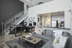 Un loft con decoración en tonos grises