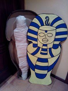 Sarcofago con momia. El primero realizado en carton y la segunda un esqueleto de plastico envuelto en tiras de sabana.