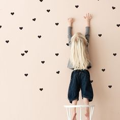 Quali colori e pareti delle camerette per bambini scegliere?  Consigli su come decorare le pareti delle camerette e tanti esempi sui possibili colori. Mini Heart, Little Sisters, Wall Stickers, Kids Room, Wall Decor, Neon, Design, Hearts, Home Decor