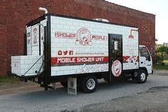 Compró un viejo camión y lo transformó en duchas móviles para los más necesitados