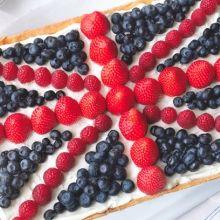 So, decided I wanna top my Eton mess with the union jack. Hmmm, thinking cap on. British Party, Union Jack Cake, Beatles, London Party, London Cake, Flag Cake, Eton Mess, Berry Cake, Barbie