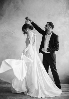 Wedding Picture Poses, Funny Wedding Photos, Beach Wedding Photos, Wedding Poses, Wedding Photoshoot, Wedding Couples, Vintage Wedding Photography, Wedding Photography Styles, Wedding Photography And Videography