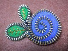 Tutorial on how to make zipper/felt brooch  http://www.livemaster.ru/topic/167175-kak-sdelat-broshku-iz-molnii-shersti-dlya-valyaniya-i-fetra
