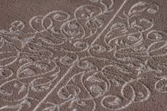 Plateau rond gravé en béton teinté dans la masse Terre d'ombre calcinée croquebeton.etsy.com