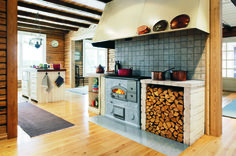 LLU1250: The command centre of the kitchen: a cooker/bakeoven that boils, bakes and heats. The hob is made of cast iron with an enamelled frame. With two flues, the bakeoven and the cooker can be used at the same time. The LLU 1250 quickly heats a cold house or holiday home.
