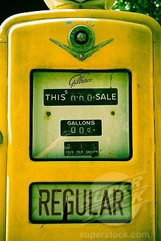 Vintage gas pump (i so like this) Old Gas Pumps, Vintage Gas Pumps, Golden Yellow, Green And Orange, Pompe A Essence, Retro, Old Gas Stations, Yellow Brick Road, Mellow Yellow