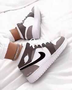 #chaussure#chaussurenike#chaussurecustomiser#chaussurefemme#airjordan1#dessin#dessinchaussure Dr Shoes, Swag Shoes, Cute Nike Shoes, Cute Nikes, Nike Air Shoes, Hype Shoes, Shoes Sneakers, Jordan Shoes Girls, Girls Shoes