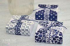 Heute ist es endlich so weit: es gibt eine Anleitung für diese hübschen Schachteln, in die genau ein Hanuta passt. Die Verpackungen eignen sich super als Gastgeschenke oder kleine Mitbringsel. Mit dem zauberhaften Designerpapier in Weiß und Blau wirken die kleinen Geschenke fast ein bisschen mediteran, also passend zum Sommer ;)
