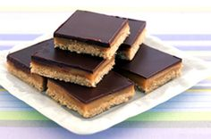 Reminds me of New Zealand. Each piece has the surprise of sticky caramel sandwiched between the chocolate and biscuit layers. Raw Caramel Slice, Chocolate Caramel Slice, Salted Chocolate, Chocolate Topping, Caramel Bars, Vegan Caramel, Caramel Cookies, Chocolate Covered, Recipes Using Condensed Milk