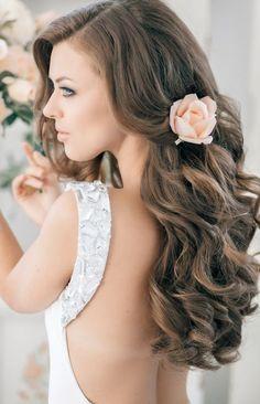 offene Haare mit Locken und pfirsichfarbenes Rose-Accessoire