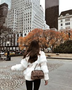 These Cute Fall Outfits Will Have You Ready for Cooler Weather Now A fur coat is a must this winter style season Le Rosey, Foto Casual, Foto Pose, City Girl, Look Fashion, 90s Fashion, Fashion Clothes, Fashion Fashion, Fashion Women