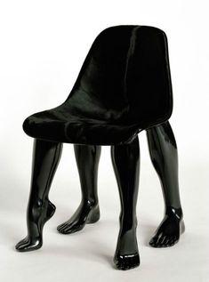 Черный стул на человеческих ногах.