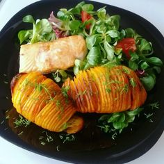 Fit and healthy dinner or lunch! Hasselback potatoes, salmon and salad!