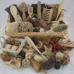 Cesta con elementos que puede haber en una casa. Con cestas formadas por diferentes objetos estimulamos sensorialmente a los niños.