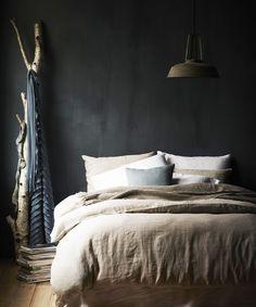 Des matériaux naturel combinés avec une couleur sombre pour un effet chic garanti ! #dccv #black #noir #design #home #deco