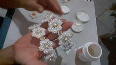 Tiara de perolas de luxo. Beaded Jewelry Patterns, Embroidery Jewelry, Beaded Embroidery, Beading Patterns, Beaded Flowers, Fabric Flowers, Pearl Flower, Beading Tutorials, Flower Making