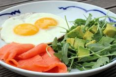 When you start the day with a carb-heavy breakfast, the morning can sometimes drag, causing you to reach for that second cup of coffee. Try cutting down on carbs, and reach for one of these high-protein breakfast recipes instead. High Protein Breakfast, High Protein Low Carb, High Protein Recipes, Paleo Breakfast, Protein Foods, Breakfast Recipes, Healthy Recipes, Breakfast Ideas, Breakfast Smoothies