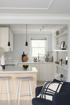 Light, open-plan kitchen with kitchen peninsula - kitchen renovation - grey kitchen - IEKA kitchen - customise IKEA kitchen