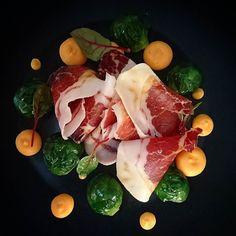Pétales de Bellota choux de Bruxelles al dente et crème de patates douces.... #menubistromique #bellota #jamoniberico #patatedouce #color #yummy #Food #Foodista #PornFood #Cuisine #Yummy #Cooking
