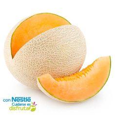 El melón posee vitamina E y beta carotenos, los cuales tienen propiedades antioxidantes, también ayuda a evitar la resequedad de la piel y protege al sistema cardíaco. Es excelente fuente de hidratación y aporta pocas calorías. Contiene vitaminas C y B, importantes para el funcionamiento óptimo del sistema inmunológico. Y además de hidratar, el melón ayuda a recuperar los minerales en el organismo. ¡Consúmelo!