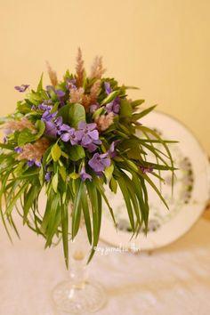 vinca major periwinkle violets bouquet in a tall arrangement wedding aranjament de primavara sachiu toporasi lila masa prezidiu nunta botez rustic vintage #nuntaromaneasca #transylvania