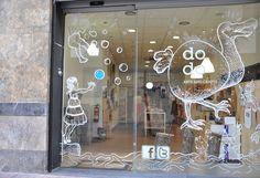 escaparate decorado por el artista local Andrés V. Cerrado: con rotuladores de tiza para cristal se puede hacer esto. Rótulo sencillo e ir cambiando lo demás