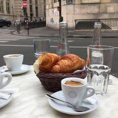 Meet me at the cafe? Coffee Break, Coffee Time, Art Cafe, Good Food, Yummy Food, Oui Oui, Macaron, Aesthetic Food, Coffee Shop