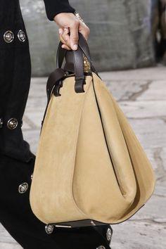 Loewe Spring 2016 Konfektionsmode-Show - DIY Tasche Shnittmuster Fashion Handbags, Tote Handbags, Purses And Handbags, Fashion Bags, Hermes Handbags, Fashion Fashion, Hermes Bags, Fashion 2018, Runway Fashion