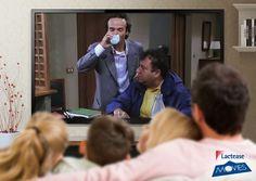 """Oggi sugli schermi di #LacteaseMovies troviamo il film """"Il Mostro"""" (1994) di #RobertoBenigni. Ecco Loris, il protagonista del #film interpretato dall'attore toscano, mentre beve un bicchiere di #latte e si sfoga con il professor Taccone… è lui o no il mostro che terrorizza il quartiere?"""