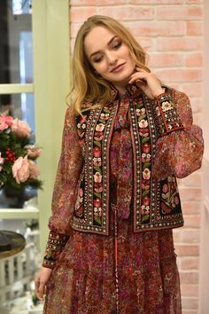 Ready for the cold weather and store an array of winterleggings and woolly jumpers, luke-warm jumpers together with other snow. Hijab Fashion, Boho Fashion, Indian Fashion, Fashion Dresses, Fashion Tips, Afghan Clothes, Afghan Dresses, Denim Maxi Dress, Balochi Dress