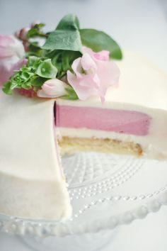 kage af hvid chokolademousse, hindbærmousse og pistaciecrunch