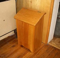 Free Potato Bin Plans - How to Make A Vegetable Storage Bin Potato Storage Bin, Vegetable Storage Bin, Vegetable Bin, Dog Food Storage, Storage Bins, Diy Storage, Onion Storage, Woodworking Blueprints, Woodworking Bench Plans