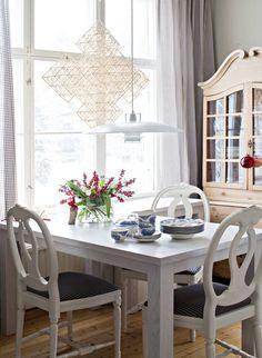 Loimaan markkinoilta ostettu himmeli ja Viivi-tyttären pienenä tekemä joulutonttu ovat muisto-rikkaita koristeita. Ruokapöydän uustuotantoa olevat tuolit on hankittu Ribbonista. Auli kerää englantilaisia ja suomalaisia sinisiä maisema-astioita.