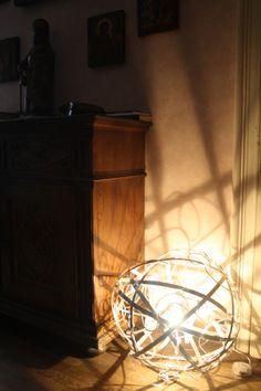Meteora   La scultura luminosa misura da 60 cm. di diametro ad un massimo di 80-90 cm. E' possibile realizzare forme ancora più grandi per ambienti che lo consentano. È costruita con barre / tubi di alluminio e tubi di gomma trasparente. http://www.ruotaaffari.com/andrea-olivazzo-sculture-luminose/#more-1794